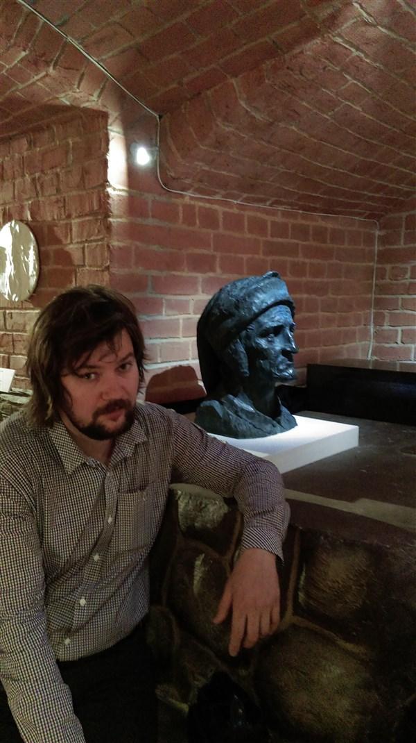 На выставке у портрета Данте.